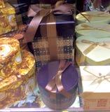 Regalos en diversa cinta de la caja de regalo de los paquetes Fotografía de archivo