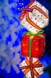 Regalos en el árbol de navidad Imágenes de archivo libres de regalías