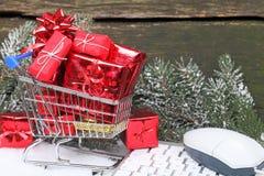 Regalos en línea de la Navidad de las compras Fotografía de archivo libre de regalías