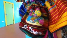 Regalos en tienda de souvenirs; bolsos y pulseras de la isla de St Thomas; St Thomas, U S Islas Vírgenes almacen de metraje de vídeo