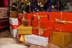 Regalos en un árbol de navidad Imágenes de archivo libres de regalías