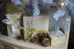 Regalos en un árbol de navidad Imagen de archivo libre de regalías