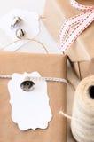 Regalos envueltos adornados con las campanas de plata y las etiquetas del regalo Fotos de archivo libres de regalías
