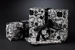 Regalos envueltos blancos y negros Foto de archivo libre de regalías