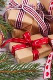 Regalos envueltos con la cinta colorida y ramas spruce para la Navidad o las tarjetas del día de San Valentín Foto de archivo libre de regalías