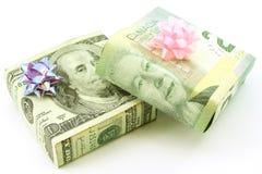 Regalos envueltos del dólar americano y canadiense Fotografía de archivo