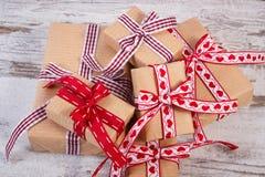 Regalos envueltos en el papel reciclado para las tarjetas del día de San Valentín o la otra celebración Foto de archivo libre de regalías