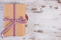 Regalos envueltos en el papel reciclado para las tarjetas del día de San Valentín o la otra celebración Imagen de archivo libre de regalías