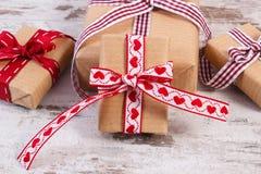Regalos envueltos en el papel reciclado para las tarjetas del día de San Valentín o la otra celebración Imagenes de archivo