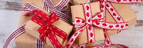 Regalos envueltos en el papel reciclado para las tarjetas del día de San Valentín o la otra celebración Imágenes de archivo libres de regalías