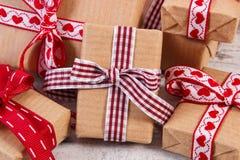 Regalos envueltos en el papel reciclado para las tarjetas del día de San Valentín o la otra celebración Fotos de archivo