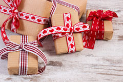 Regalos envueltos en el papel reciclado para las tarjetas del día de San Valentín o la otra celebración Imagen de archivo