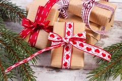 Regalos envueltos y ramas spruce para la Navidad o las tarjetas del día de San Valentín Fotos de archivo libres de regalías