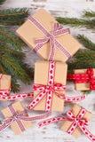 Regalos envueltos y ramas spruce para la Navidad o las tarjetas del día de San Valentín Imagen de archivo libre de regalías