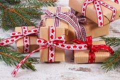 Regalos envueltos y ramas spruce para la Navidad o las tarjetas del día de San Valentín Foto de archivo libre de regalías