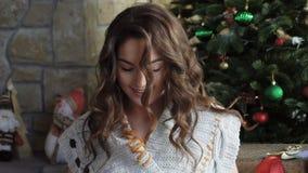 Regalos felices de la Navidad de la abertura de la muchacha almacen de metraje de vídeo