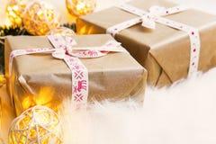 Regalos festivos de la Navidad del vintage con las luces de la decoración Fotos de archivo libres de regalías