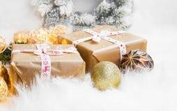 Regalos festivos de la Navidad del vintage con las luces de la decoración Fotos de archivo