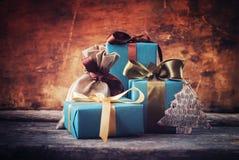 Regalos festivos de la Navidad en papel azul con los arcos del color Imagen de archivo libre de regalías