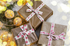 Regalos festivos rústicos de la Navidad con la cinta decorativa Fotografía de archivo libre de regalías