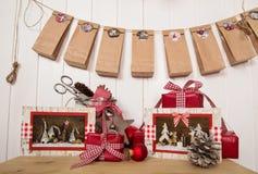 Regalos hechos a mano de la Navidad y calendario clásico en rojo, GR del advenimiento Foto de archivo libre de regalías