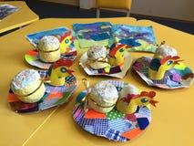 Regalos hechos a mano de Pascua, la creatividad de los niños imagenes de archivo
