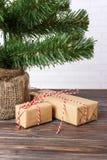Regalos hermosos de la Navidad debajo del árbol regalo del Año Nuevo adornado Foto de archivo libre de regalías