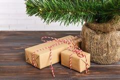 Regalos hermosos de la Navidad debajo del árbol regalo del Año Nuevo adornado Imagen de archivo libre de regalías