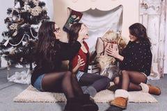 Regalos hermosos del intercambio de la muchacha por el Año Nuevo Imagenes de archivo