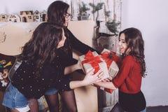 Regalos hermosos del intercambio de la muchacha por el Año Nuevo Imagen de archivo
