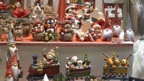 Regalos, juguetes y recuerdos de la Navidad en la ventana de una poca tienda metrajes