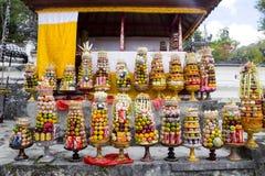 Regalos a las bebidas espirituosas en la ceremonia hindú Nusa Penida-Bali, Indonesia Foto de archivo libre de regalías