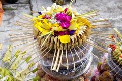 Regalos a las bebidas espirituosas en la ceremonia hindú Nusa Penida-Bali, Indonesia Fotos de archivo