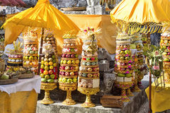 Regalos a las bebidas espirituosas en la ceremonia hindú Nusa Penida-Bali, Indonesia Imagen de archivo