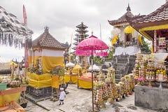 Regalos a las bebidas espirituosas en la ceremonia hindú Nusa Penida-Bali, Indonesia Fotografía de archivo libre de regalías