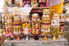 Regalos a las bebidas espirituosas en la ceremonia hindú Nusa Penida-Bali, Indonesia Fotos de archivo libres de regalías
