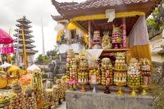 Regalos a las bebidas espirituosas en la ceremonia hindú Nusa Penida-Bali, Indonesia Imágenes de archivo libres de regalías
