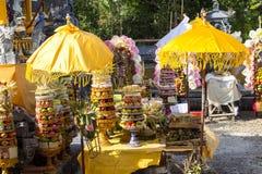 Regalos a las bebidas espirituosas en la ceremonia hindú Nusa Penida-Bali, Indonesia Fotografía de archivo
