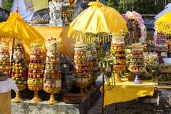 Regalos a las bebidas espirituosas en la ceremonia hindú Nusa Penida-Bali, Indonesia Foto de archivo