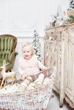 Regalos lindos del bebé y de la Navidad Pequeño niño que se divierte cerca del árbol de navidad en sala de estar Feliz Navidad de foto de archivo libre de regalías