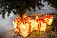 Regalos luminosos debajo del árbol de navidad Imagen de archivo libre de regalías