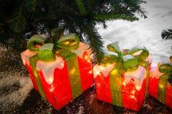 Regalos luminosos debajo del árbol de navidad Fotografía de archivo libre de regalías