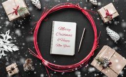 Regalos modernos de Navidad con el espacio para el mensaje de la Navidad para amados Imagenes de archivo
