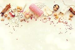 Regalos naturales del cordón Nuts de la caja de las decoraciones de la Navidad Fotografía de archivo libre de regalías