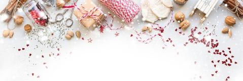 Regalos naturales del cordón Nuts de la caja de las decoraciones de la Navidad Imágenes de archivo libres de regalías