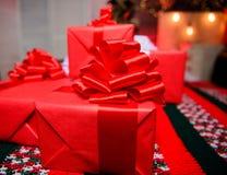 Regalos o presentes envueltos rojos Prepárese por la Navidad y el Año Nuevo Embalaje de concepto de los regalos Momentos mágicos  imágenes de archivo libres de regalías