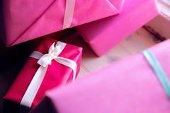 Regalos para el día de fiesta Días de fiesta la Navidad, cumpleaños, el día de tarjeta del día de San Valentín Foto de archivo libre de regalías