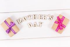 Regalos para el día del ` s de la madre en los tableros blancos Foto de archivo