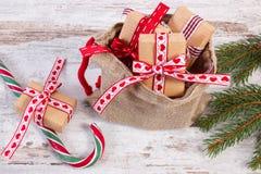 Regalos para la Navidad o las tarjetas del día de San Valentín en bolso del yute y ramas spruce Imagen de archivo