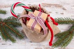 Regalos para la Navidad o las tarjetas del día de San Valentín en bolso del yute y ramas spruce Imágenes de archivo libres de regalías